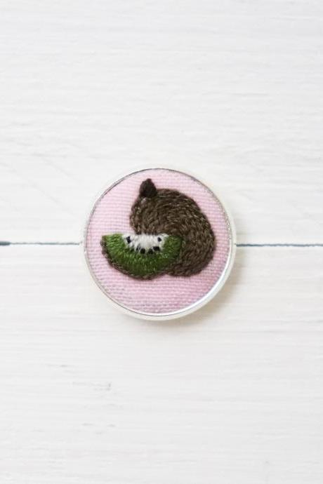 Miniature embroidery pin Kiwi brooch Kiwi pin Embroidery pin Hand embroidery Embroidered pin Kiwi collar pin Fruit pin Fruit brooch